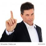 Mann mittleren Alters hebt den Finger